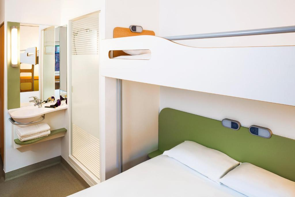 Simple Bathrooms Hounslow hotel ibis budget london hounslow, uk - booking