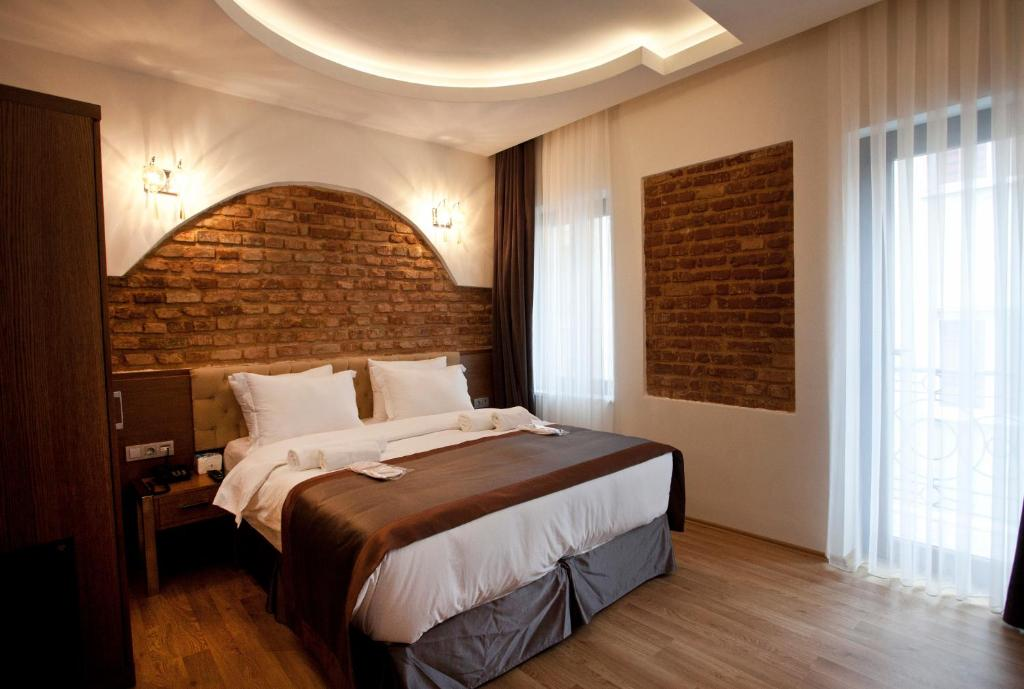 A bed or beds in a room at Pera Line Hotel