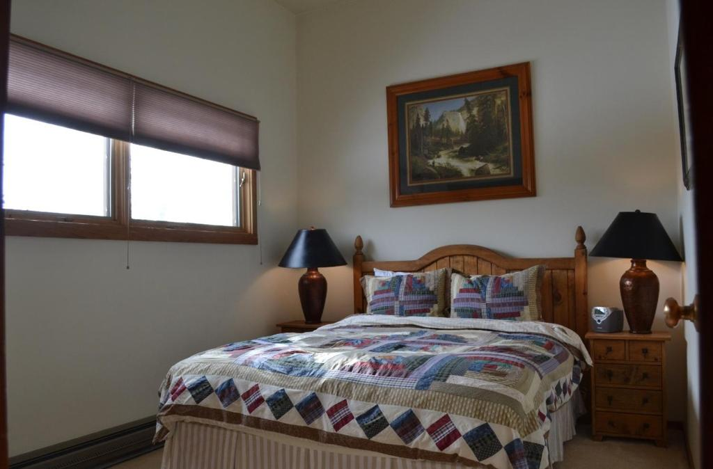 Apartment aspens two bedroom condominiums jackson wy for 2 bedroom suites in jackson hole wy