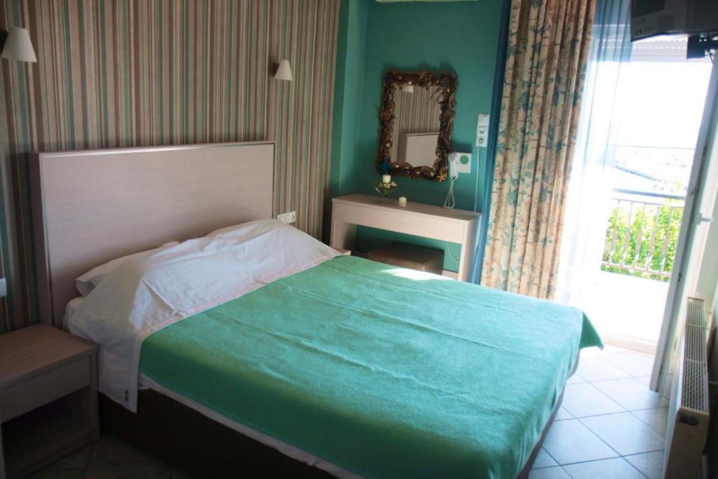 Un pat sau paturi într-o cameră la Margarita's Rooms