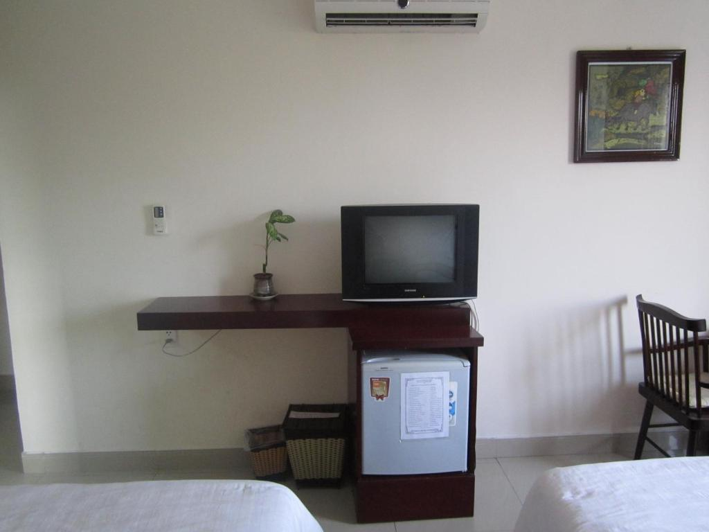A television and/or entertainment center at Nhiet Doi Hotel