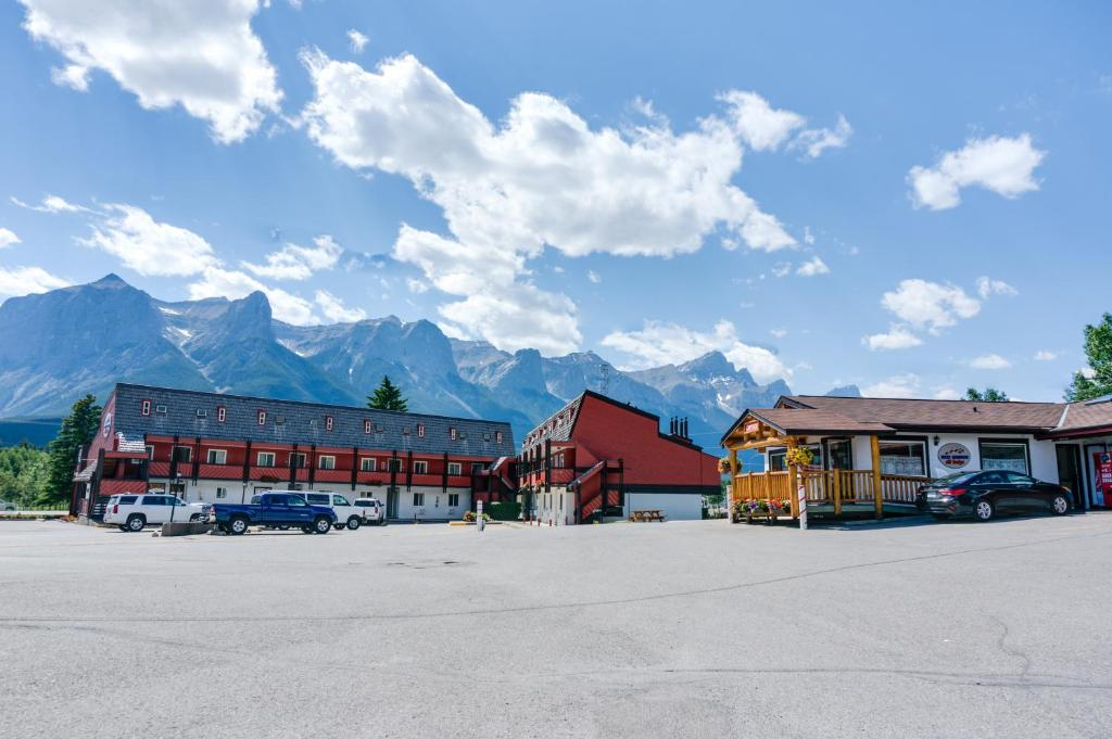 Rocky mountain ski lodge canmore canada for Rocky mountain lodges