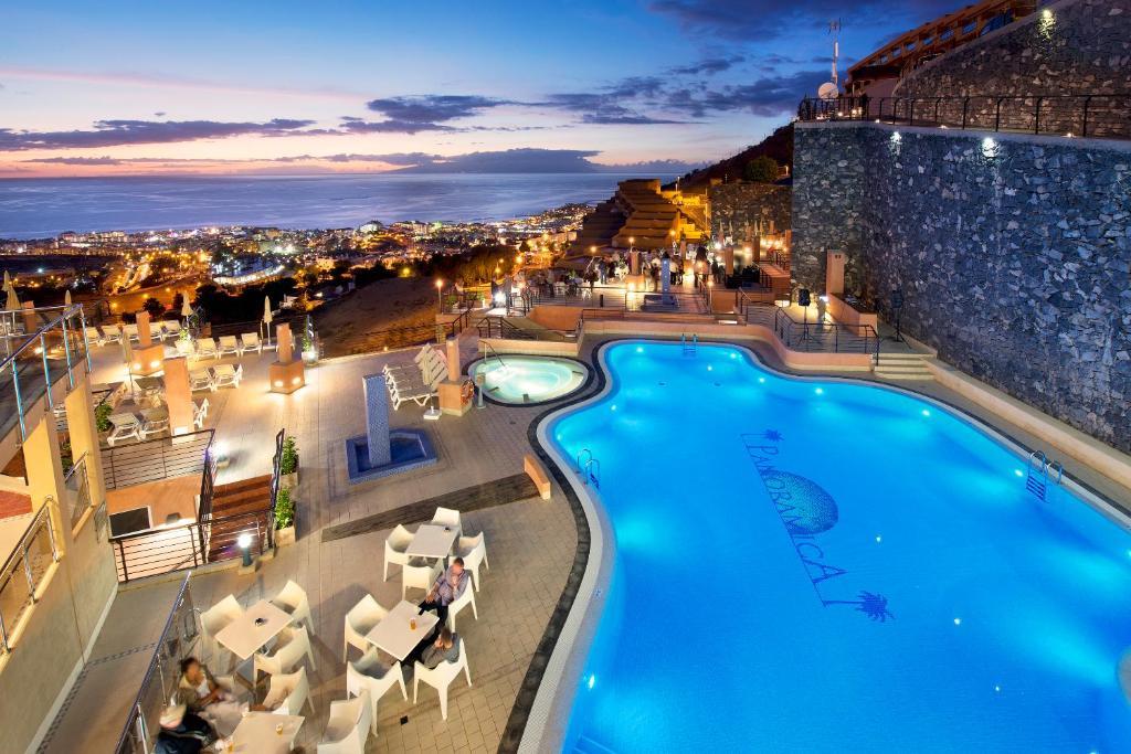 Uitzicht op het zwembad bij Kn Aparthotel Panorámica of in de buurt