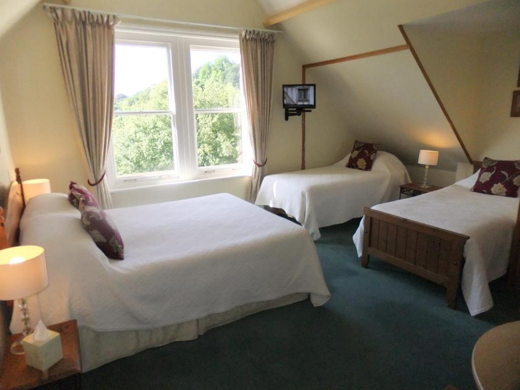 A bed or beds in a room at Elgin Villa