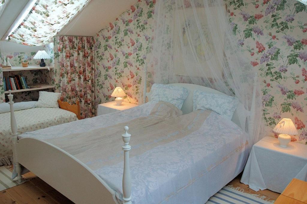 bed breakfast rose house hiller d d nemark hiller d. Black Bedroom Furniture Sets. Home Design Ideas