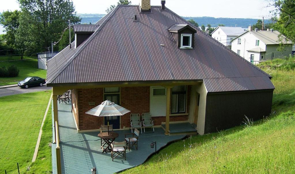 Hotell petite maison prairie kanada chateau richer for Abeilles mortes dans la maison