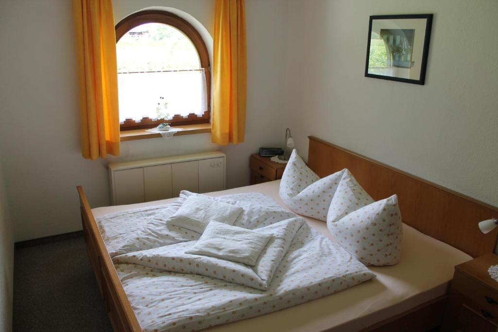A bed or beds in a room at Ferienwohnung Rosmarie Seelos