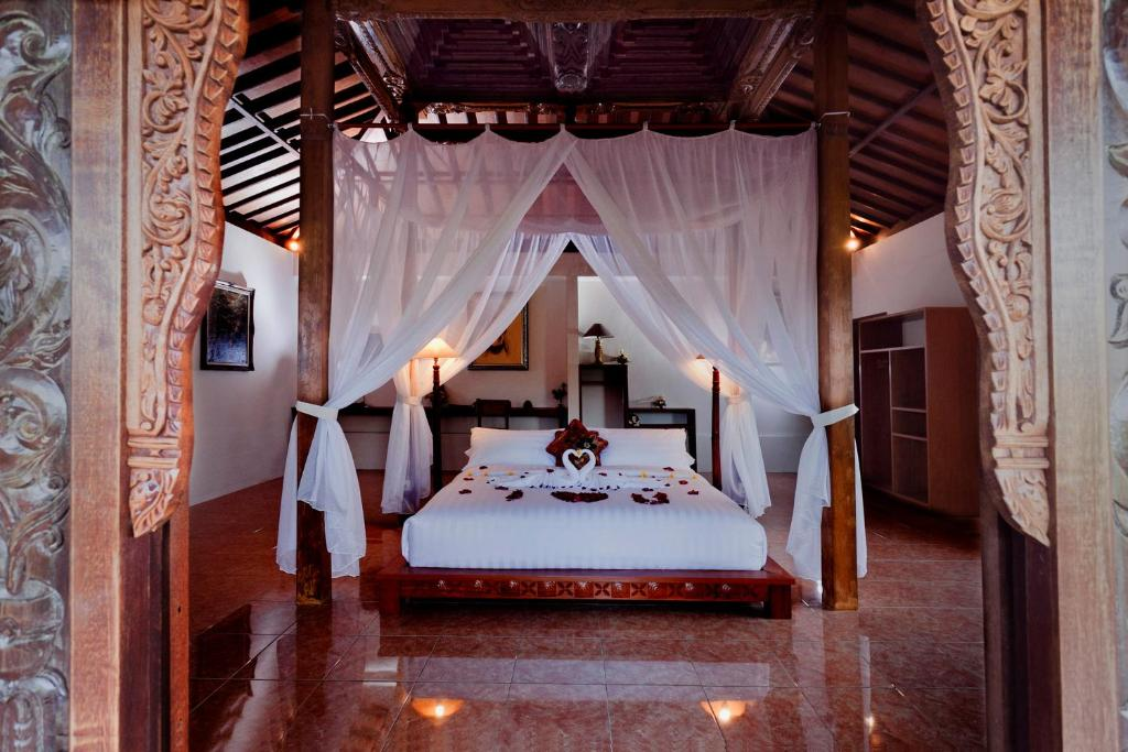 A bed or beds in a room at Kampoeng Joglo Abangan