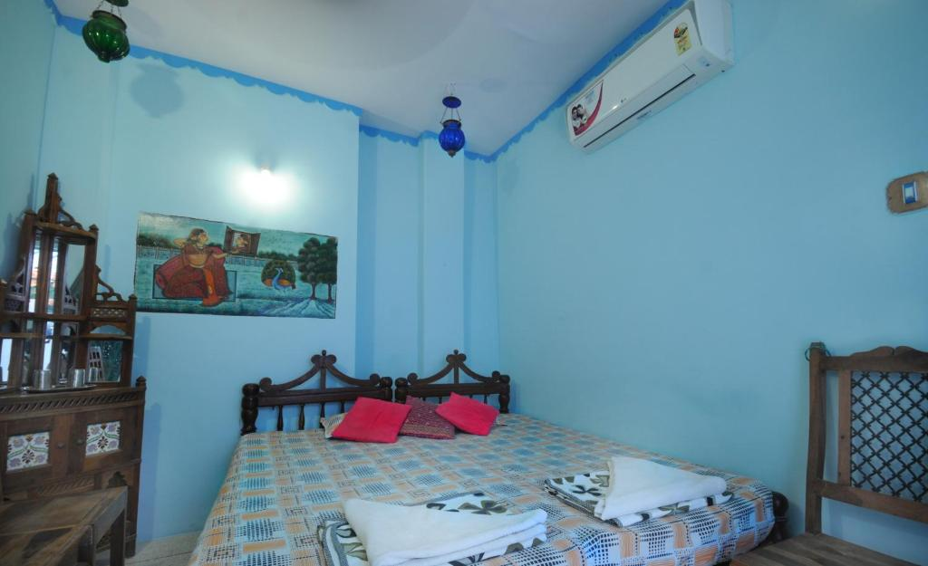 A bed or beds in a room at Cosy Guest House