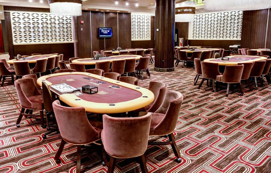 Golden nugget poker room lake charles phone poker jogar por valor