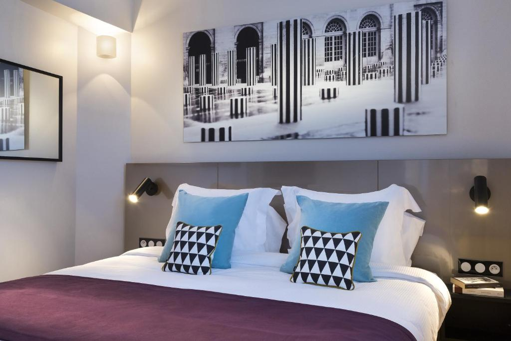 A bed or beds in a room at Citadines Opéra Paris