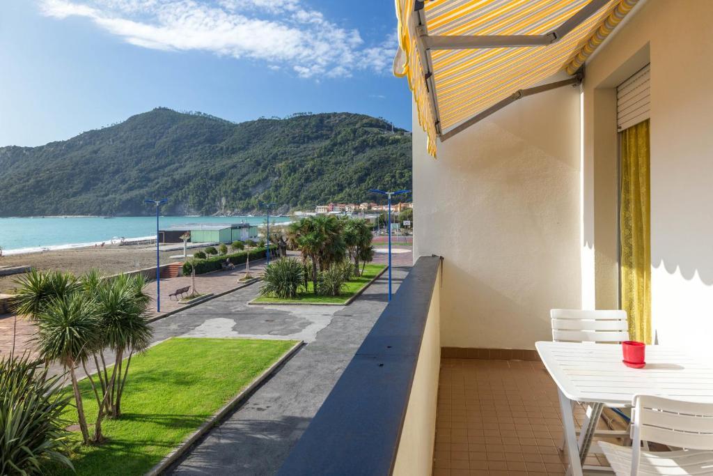 Appartamento riva al mare flat italia sestri levante for Appartamento al mare design
