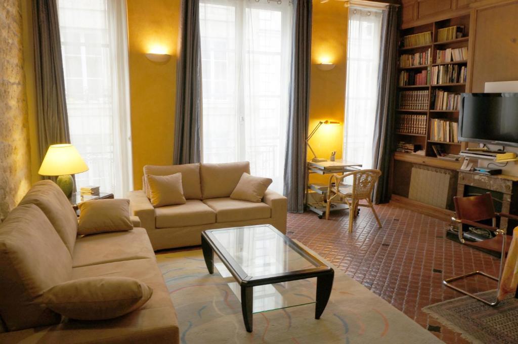 A seating area at Le 38, rue Saint-Louis en l'île