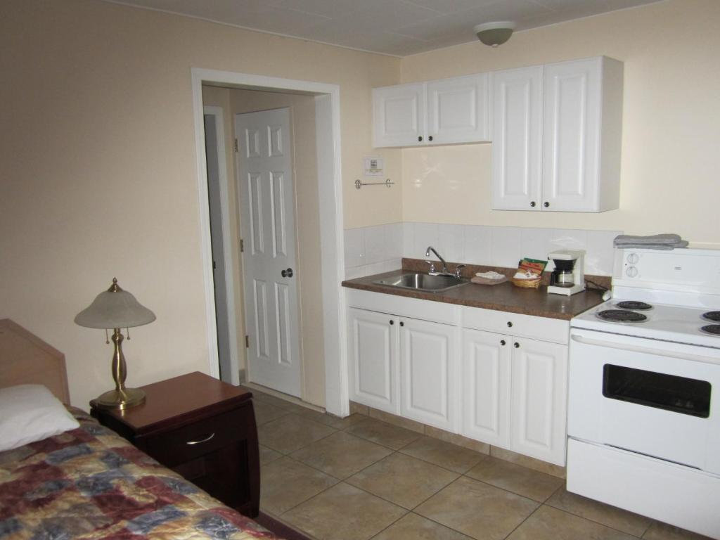 A kitchen or kitchenette at Parkview Motel