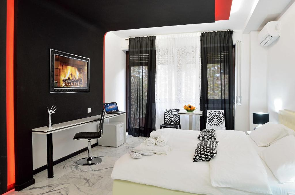 Bed And Breakfast Black White Gg Rome Italy Bookingcom - Black-and-white-bedroom-property