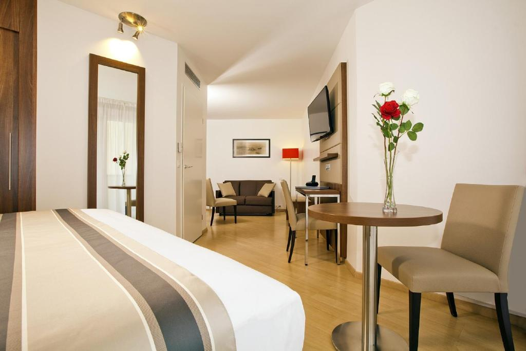 Appart 39 h tel residhome paris massy france massy for Appart hotel massy