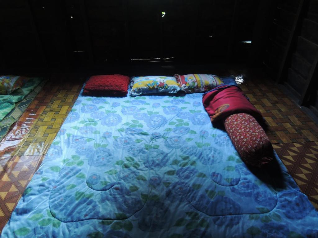 A bed or beds in a room at Po Pol Vil Homestay