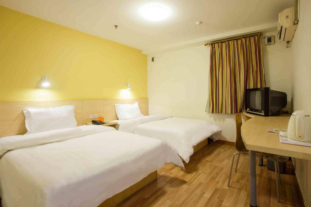 A bed or beds in a room at 7Days Inn Chengdu Huayang Binfen Plaza Branch