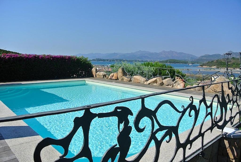 Villa bouganville con piscina italia capo coda cavallo for Villas con piscina