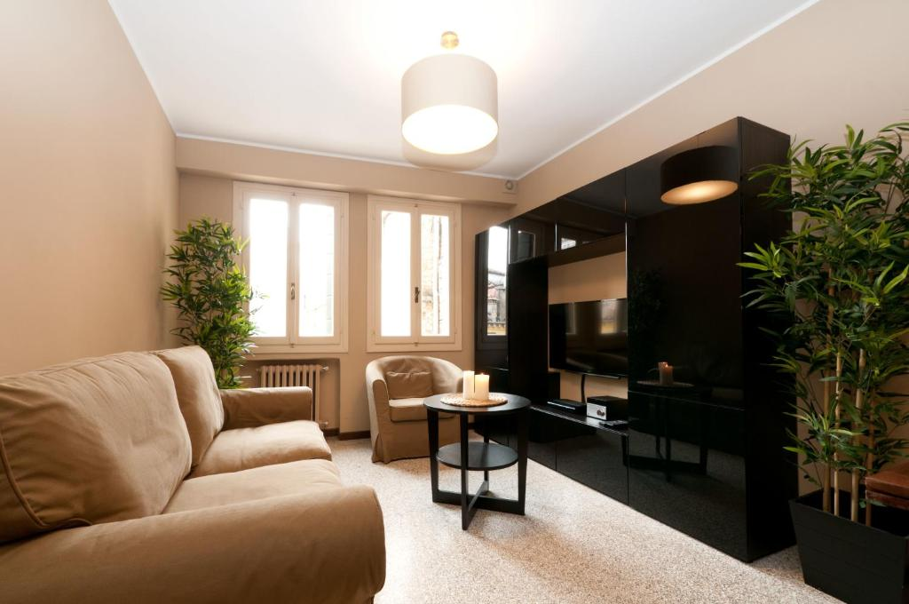 A seating area at Centrale Venice Apartments