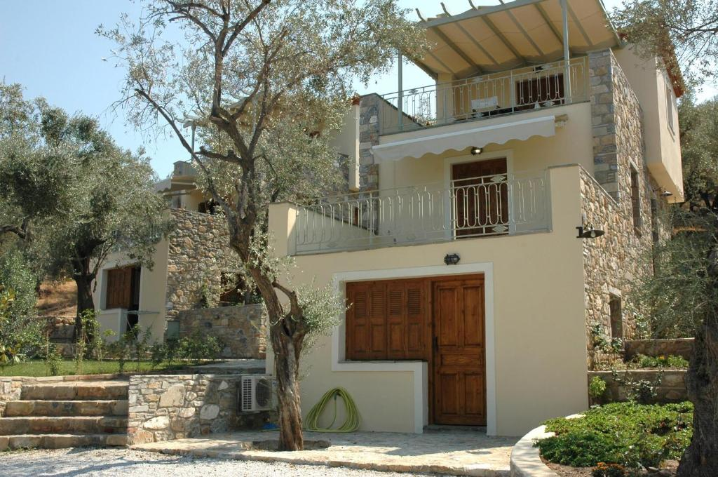 Дом на берегу моря в Перама