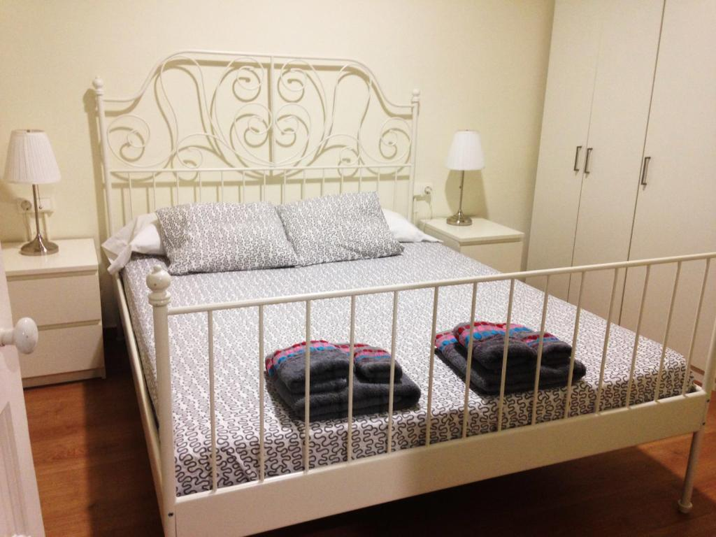 A bed or beds in a room at O&A Apartments Barcelona: Florida