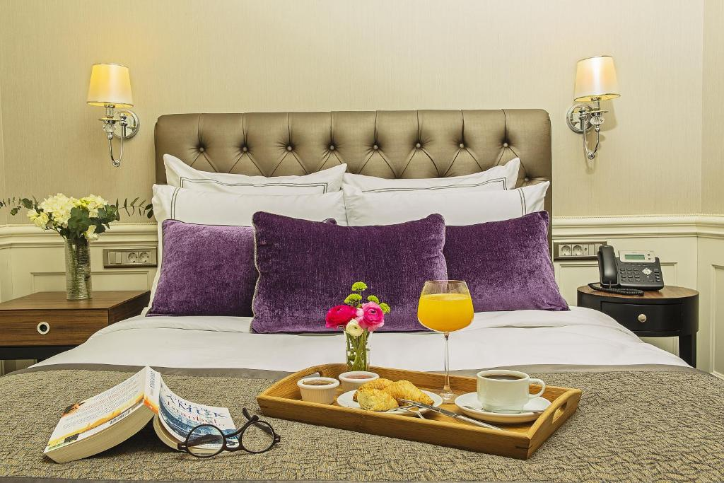 Кровать или кровати в номере Meroddi Bagdatliyan Hotel