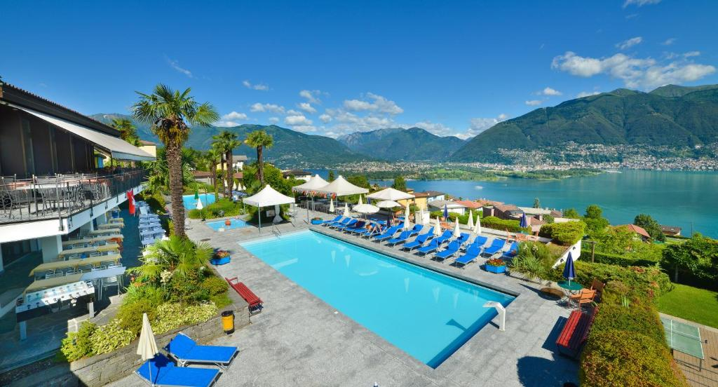 Ein Blick auf den Pool von der Unterkunft Hotel La Campagnola oder aus der Nähe