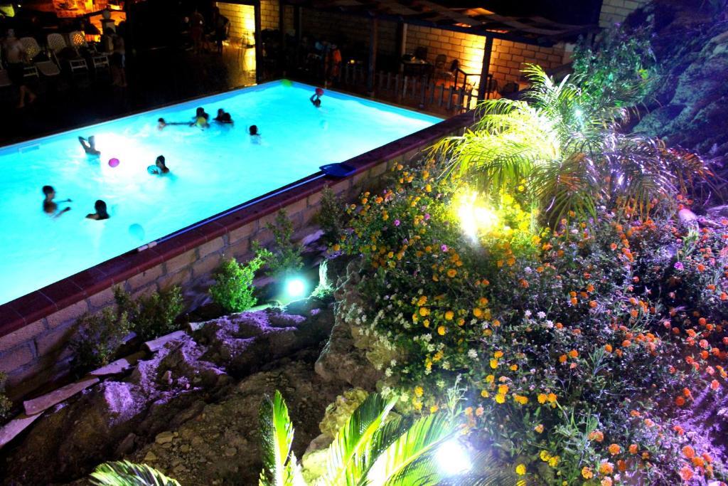 Vista sulla piscina di B&B Montemare o su una piscina nei dintorni