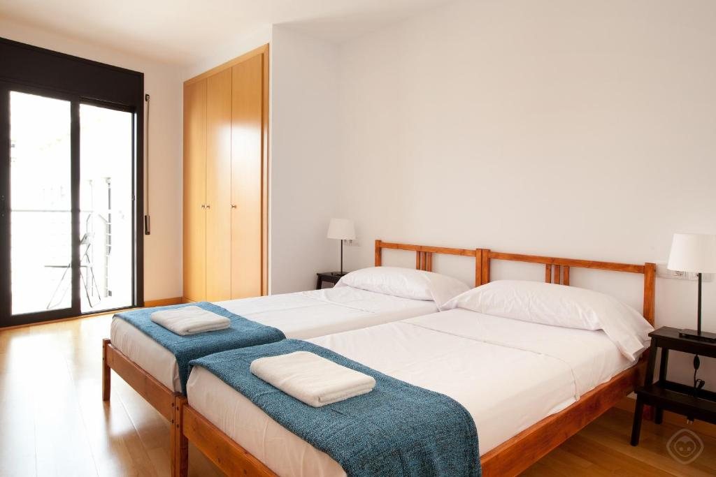 A bed or beds in a room at Guell Modern Apartment