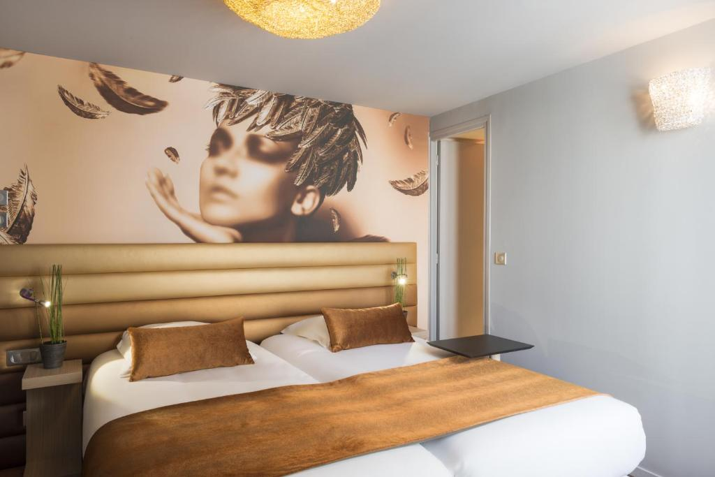 Кровать или кровати в номере Le Bon Hôtel