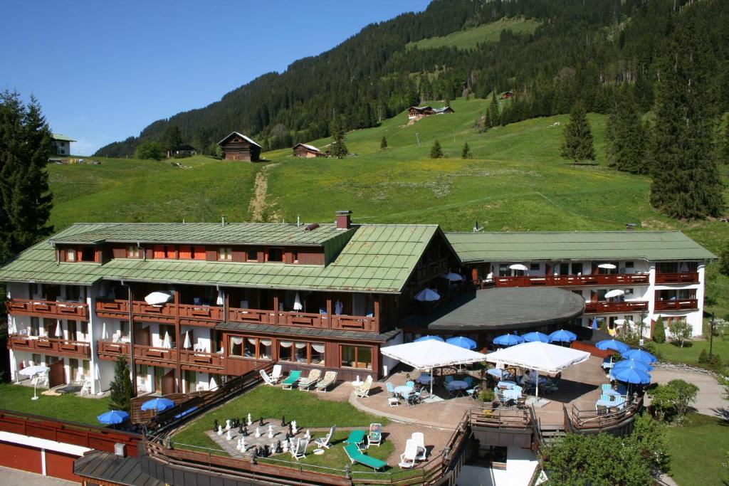 Blick auf IFA Alpenhof Wildental Hotel Kleinwalsertal aus der Vogelperspektive