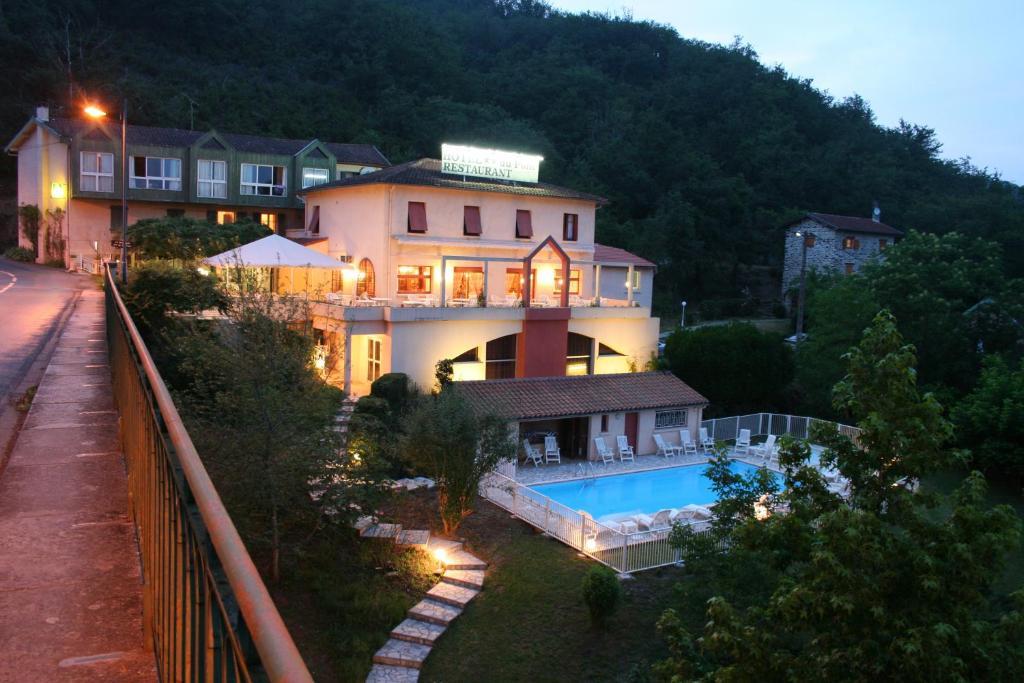 Uitzicht op het zwembad bij Logis Hotel Restaurant du Pont of in de buurt