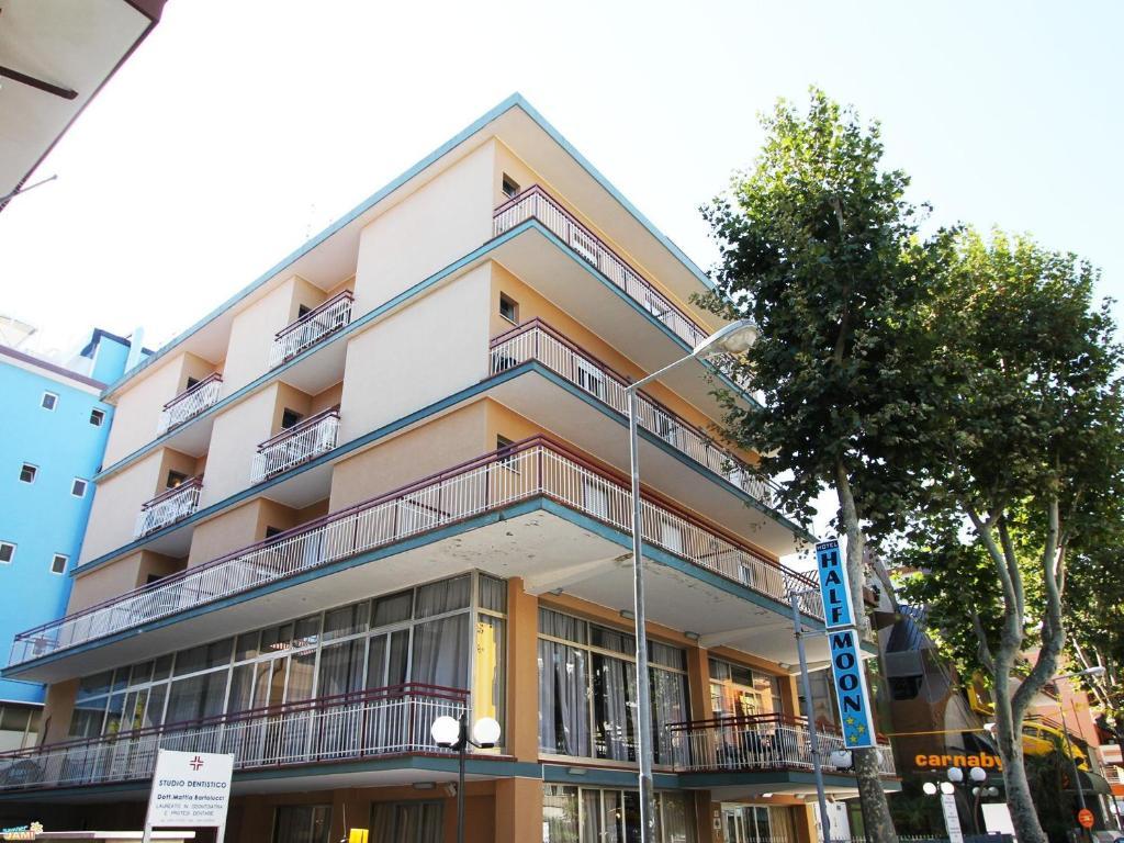 До пляжа можно дойти всего за 2 минуты. Отель Half Moon с рестораном и баром находится в Римини в 250 метрах от пляжа. Во всех зонах общественного пользования работает бесплатный WiFi.