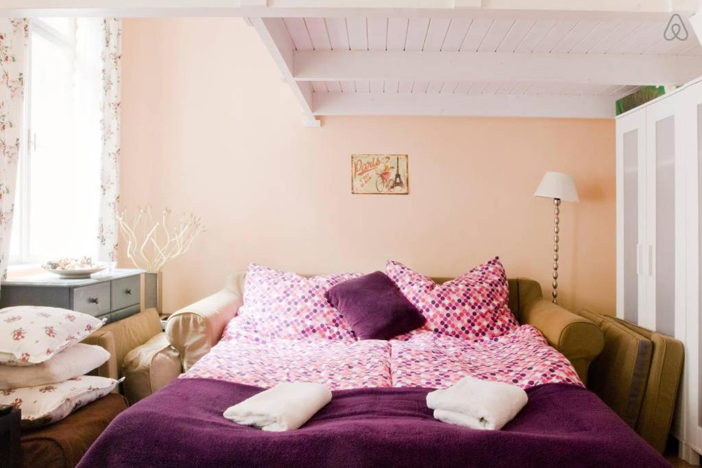 A bed or beds in a room at Cosy Apartment