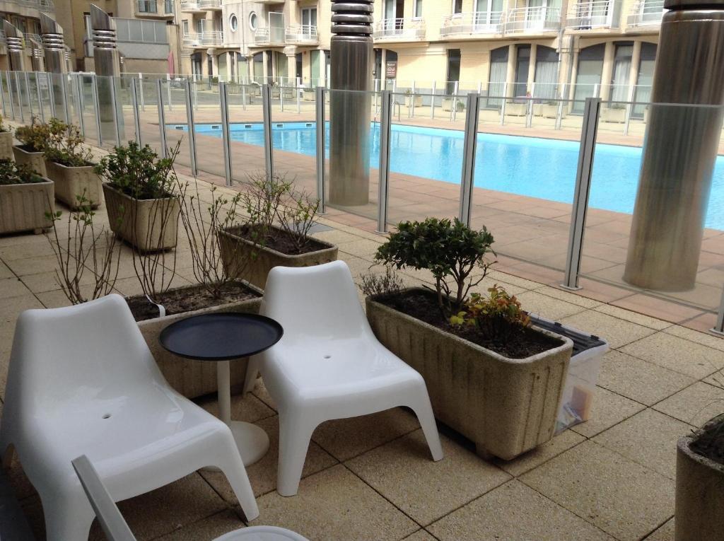 Exclusieve tuin met veranda koivijver en zwembad hoog