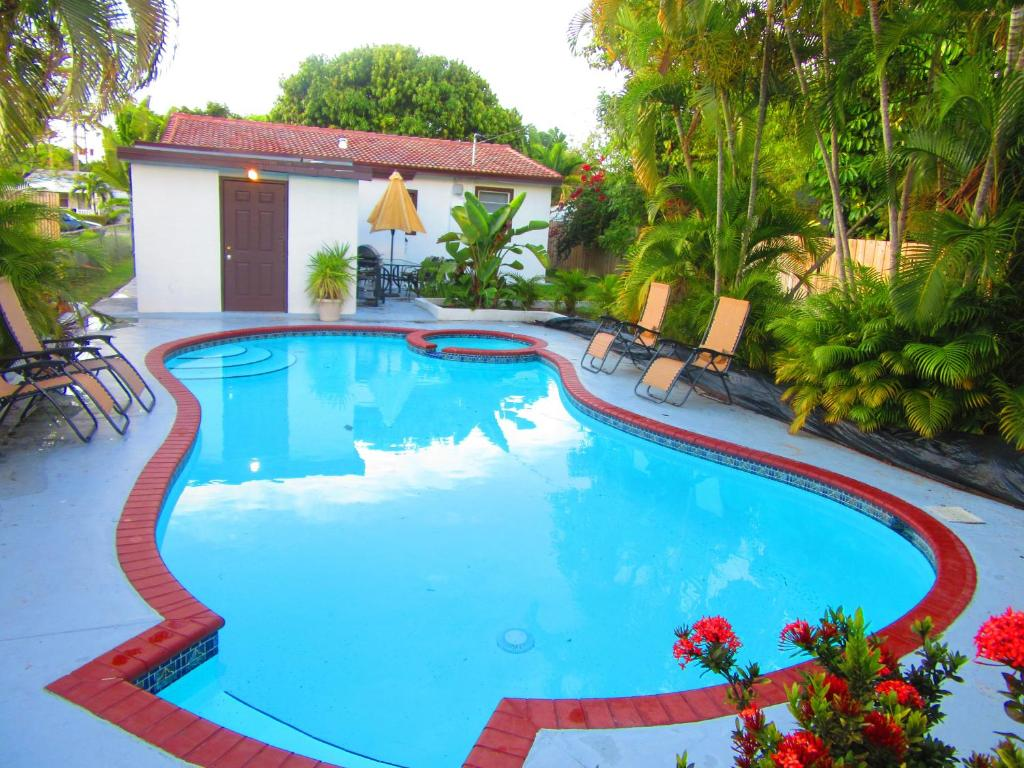 The swimming pool at or near Hollywood Holiday Home