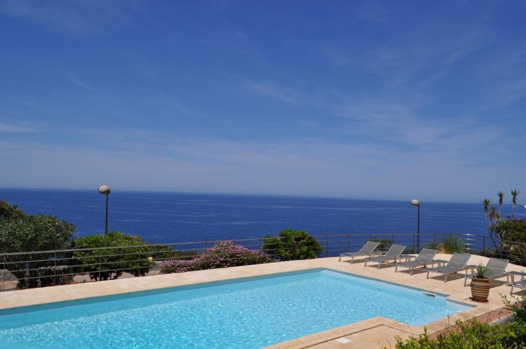 The swimming pool at or near Le Saint Erasme
