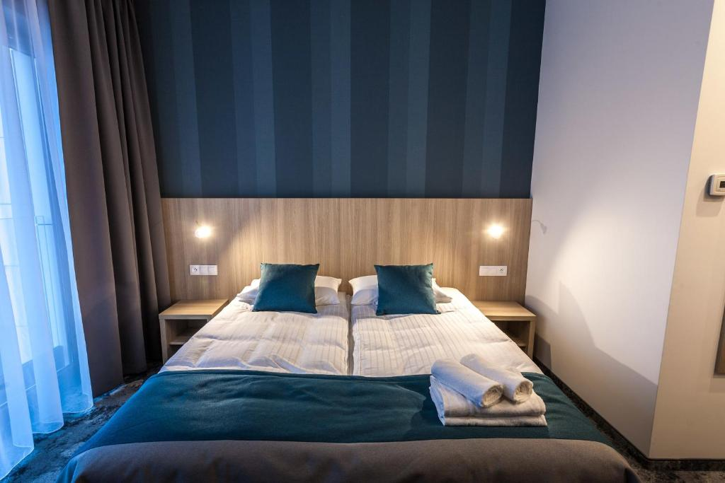 A bed or beds in a room at Hotel Zatoka