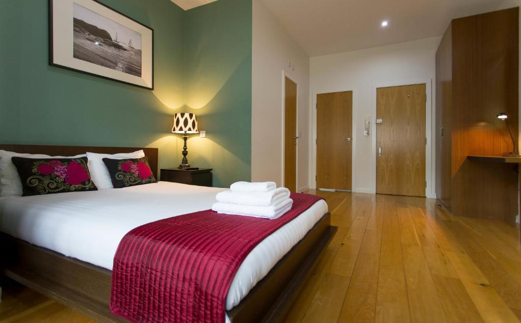 A bed or beds in a room at St James House - Concept Serviced Apartments