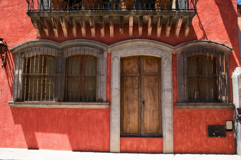 san miguel de allende christian singles Instead of pigment on our palette, we employ the basic elements of visual design—line, shape, balance, texture, pattern, form, color—and while exploring picturesque san miguel de allende, we capture the light as it relates to those elements.