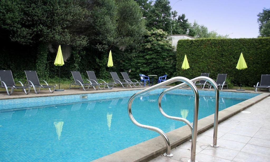 Utomhus pool parthenon hotel har ett avkopplande for Piscine georges hermant