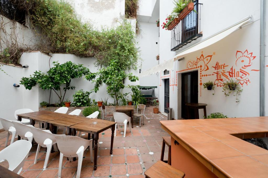 A restaurant or other place to eat at Oasis Backpackers' Hostel Granada