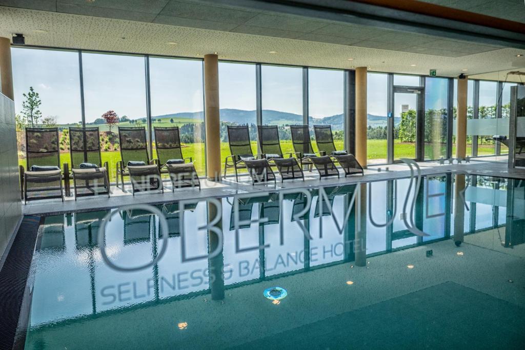 Der Swimmingpool an oder in der Nähe von Landrefugium Obermüller Balancehotel