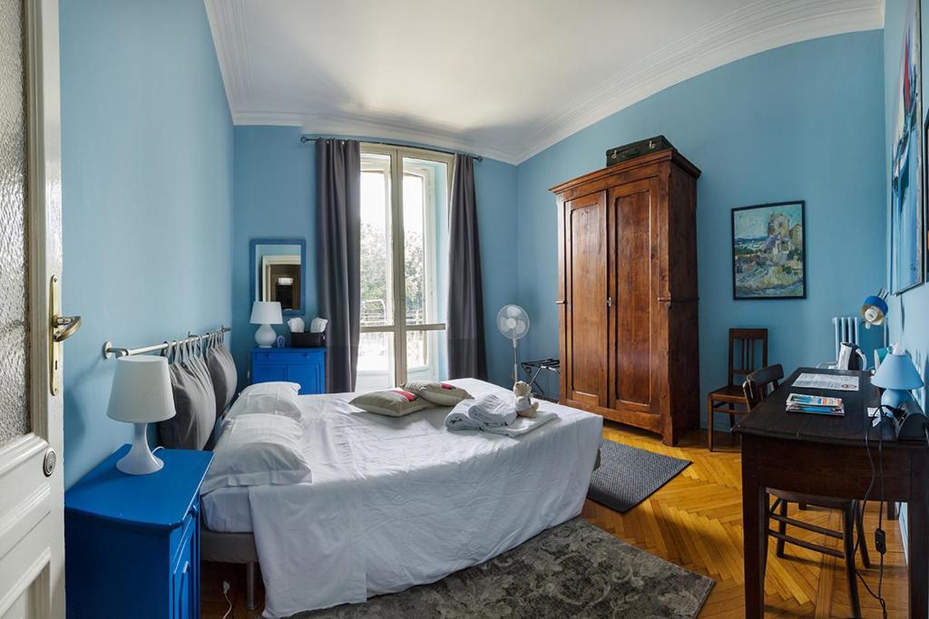 Hotel Trebi à Turin : La jolie chambre bleue.