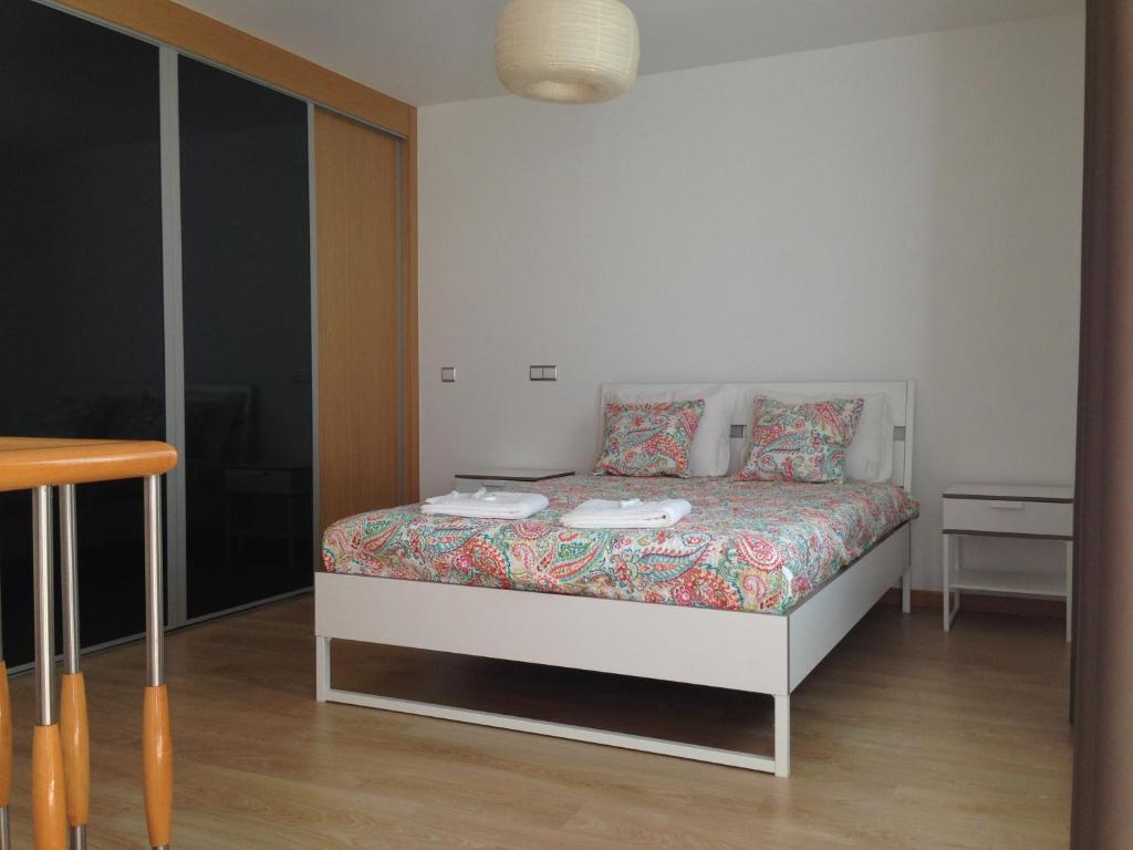 A bed or beds in a room at Figueira Praia Buarcos