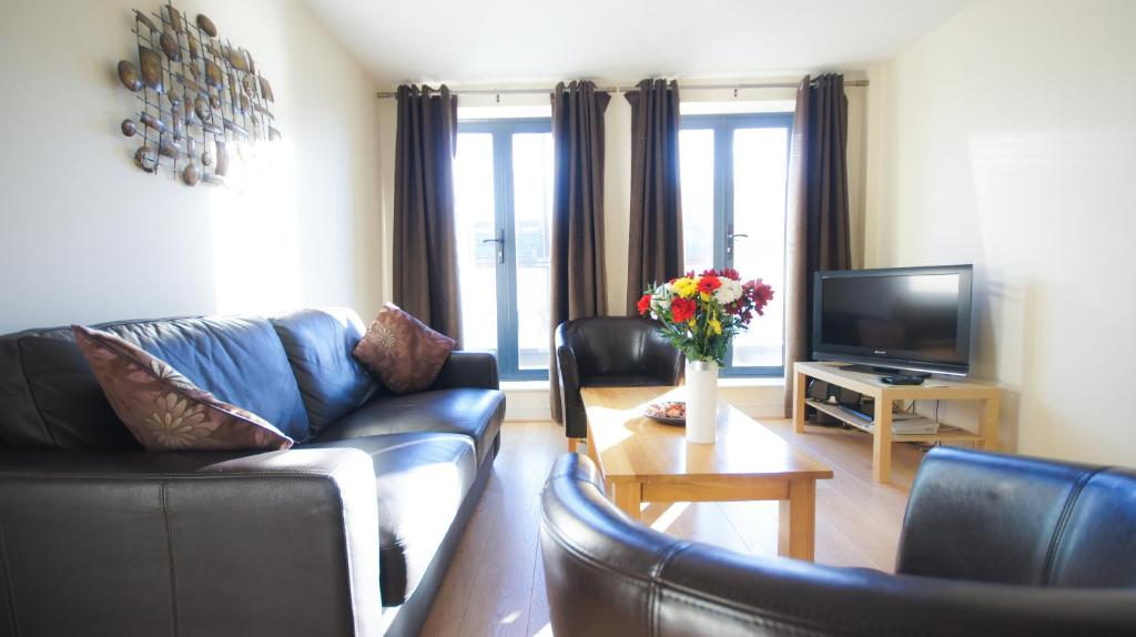 A seating area at Crompton Court Apartments