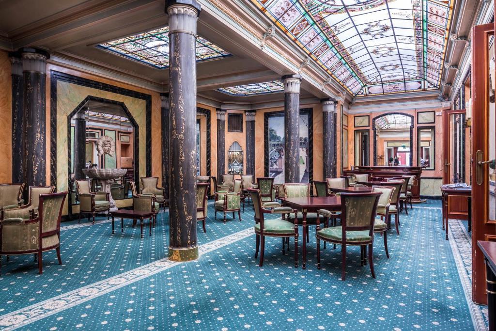 Hotel Richmond Opéra tesisinde bir restoran veya yemek mekanı