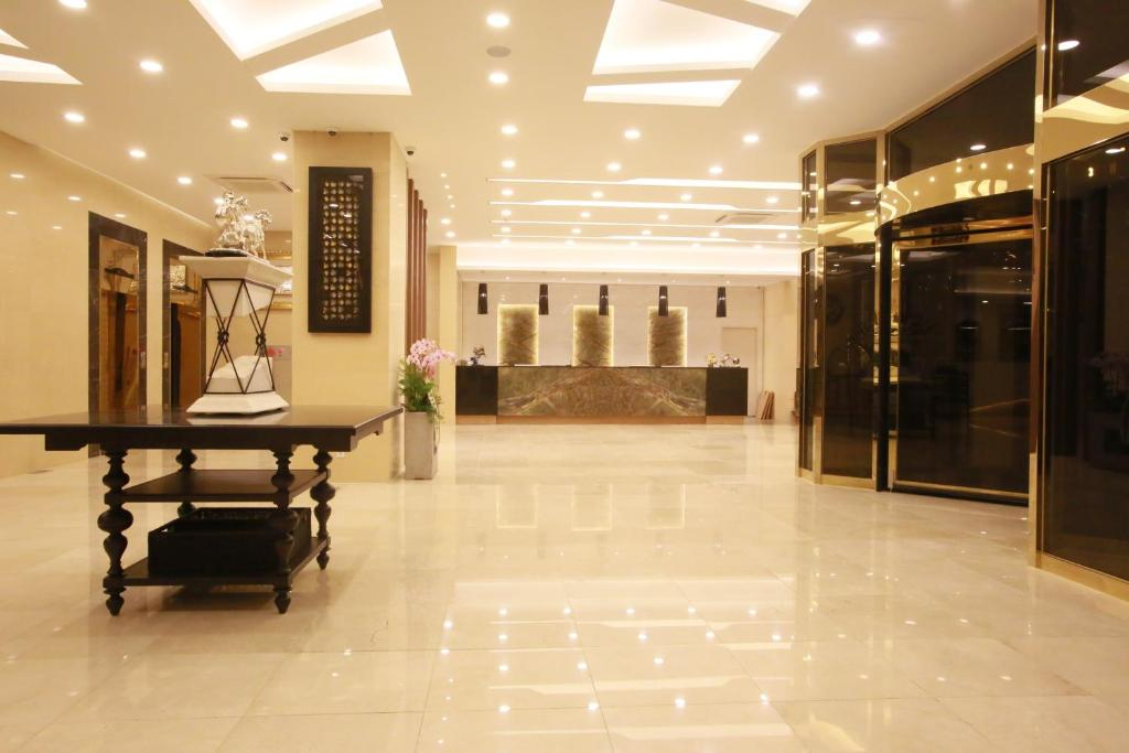 The lobby or reception area at Avalon Hotel