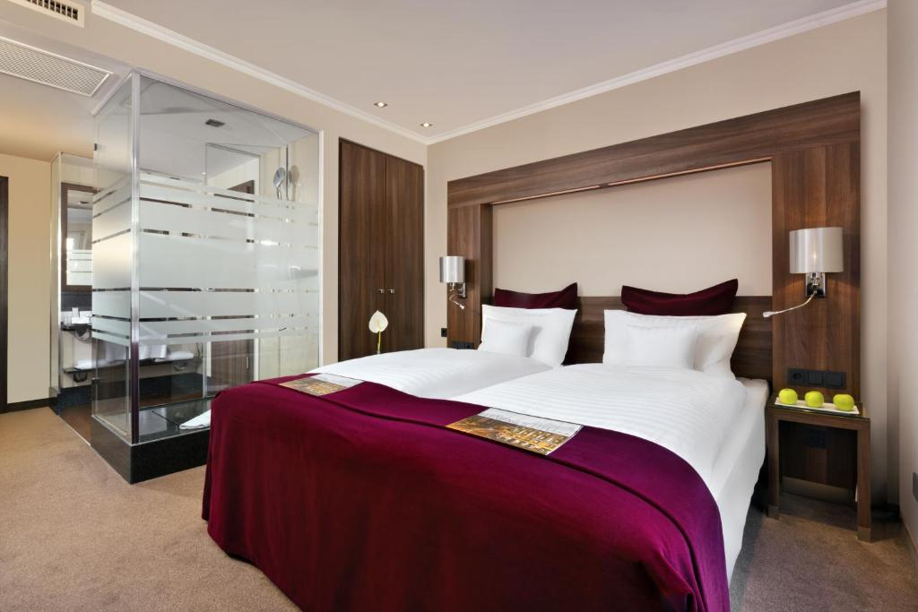 A bed or beds in a room at Fleming's Hotel Frankfurt Main-Riverside